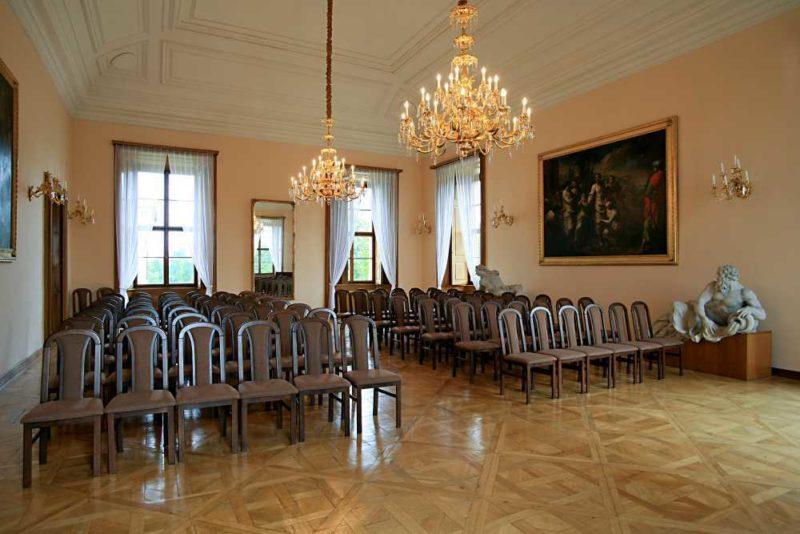 http://www.zamek-slavkov.cz/wp-content/uploads/Divadelni-sal1.jpg