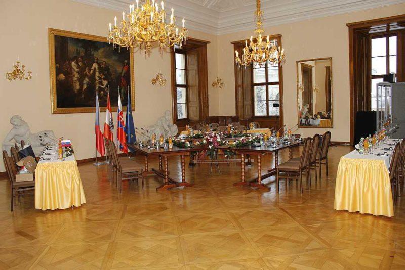 http://www.zamek-slavkov.cz/wp-content/uploads/Divadelni-sal3.jpg