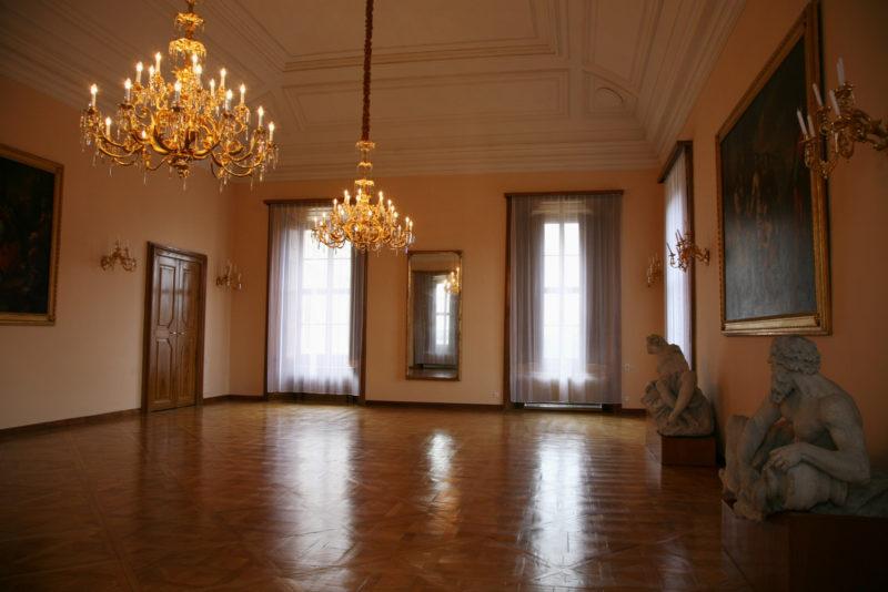 http://www.zamek-slavkov.cz/wp-content/uploads/Divadelni-sal4.jpg