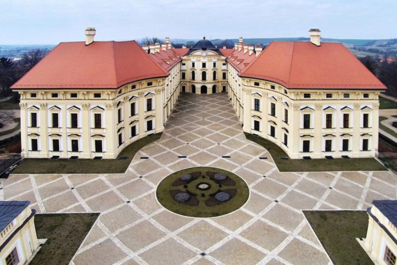 http://www.zamek-slavkov.cz/wp-content/uploads/Nadvori-1.jpg