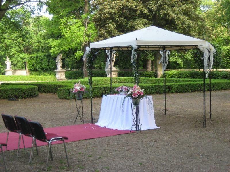 http://www.zamek-slavkov.cz/wp-content/uploads/svatby_park_5-1.jpg